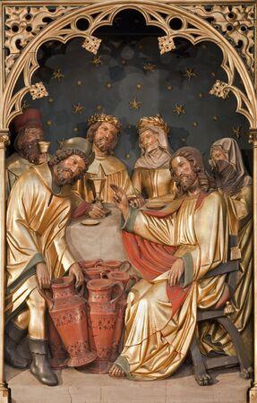 tallado en madera: BRUSELAS - 24 de junio Jesús por milagro en Caná de Saint Antoine iglesia el 24 de junio en Bruselas