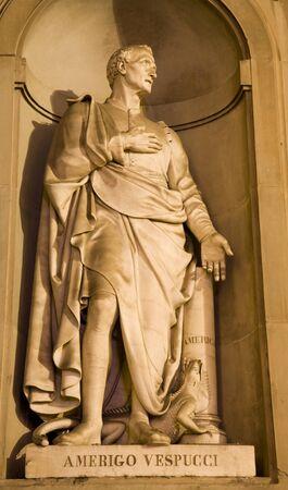 discoverer: Florencia - Americo Vespucci estatua - galer�a Uffizi - fachada Foto de archivo