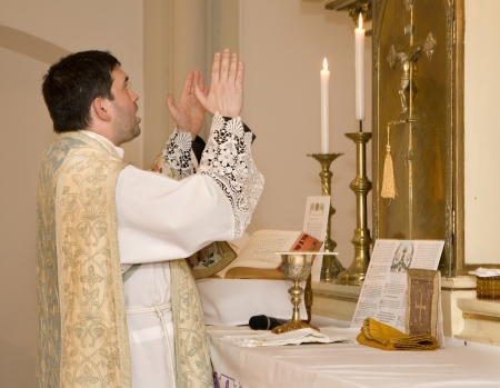 eucharistie: pr�tre catholique � la messe tridentine Banque d'images