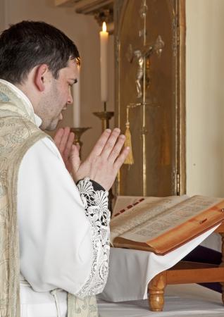 sacerdote cat�lico en la misa tridentina Foto de archivo - 17749110