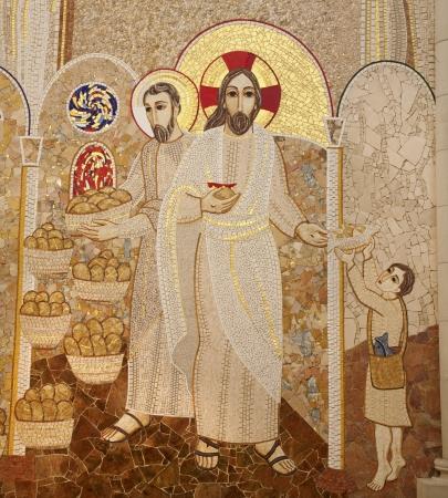 MADRID - 10 de marzo moderno mosaico del milagro de la multiplicación de alimentos por pater Rupnik de Capilla del Santísimo en la Catedral de la Almudena el 10 de marzo de 2013 en España Editorial