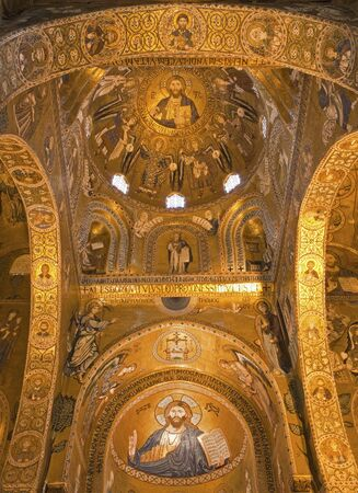 cappella: PALERMO - 08 de abril: El mosaico de la Capilla Palatina - Capilla Palatina en Norman palacio en el estilo de la arquitectura bizantina del a�o 1132 a 1170 el 8 de abril de 2013 en Palermo, Italia.