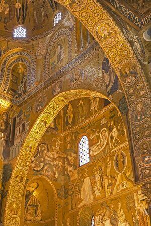 cappella: PALERMO - 08 de abril: El mosaico de la Capilla Palatina - Capilla Palatina en Norman palacio en el estilo de la arquitectura bizantina del a?o 1132 a 1170 el 8 de abril de 2013 en Palermo, Italia.