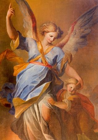 angel de la guarda: VIENA - 03 de julio: �ngel de la guarda con el ni�o de la pintura de altar lateral de la iglesia barroca de los jesuitas de 18. ciento. el 03 de julio 2013 en Viena.