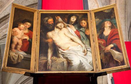 lamentation: Anversa, Belgio - 5 settembre: Il Compianto del pittore barocco Peter Paul Rubens nella cattedrale di Nostra Signora il 4 settembre 2013 ad Anversa, in Belgio