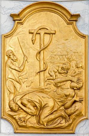 LEUVEN, BELGIË - 3 september 2013 Reliëf van cooper slang en Israëli Sint Jan de Doperkerk