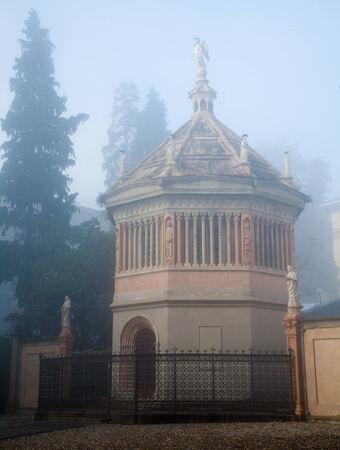 octogonal: Bergamo - baptisterio octogonal construida en 1340 por Giovanni da Campione en niebla de la ma�ana