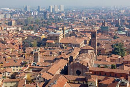 naar beneden kijken: Bologna - Kijk naar beneden van Torre Asinelli naar de kerk van Giacomo Maggiore.