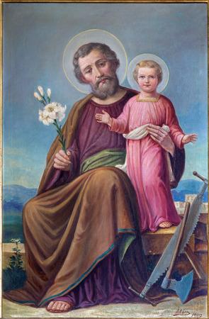 "ROZNAVA, Eslovaquia - 19 de abril 2014: La pintura de St. Joseph de 19 ciento.. en la catedral por ""Adum"" (1907) Editorial"