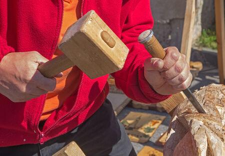 trinchante: manos de tallador en el trabajo