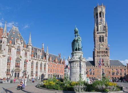 belfort: BRUGGE, BELGIUM - JUNE 13, 2014:  Grote markt with the Belfort van Brugge and Provinciaal Hof buildings and memorial of Jan Breydel and Pieter De Coninck Editorial