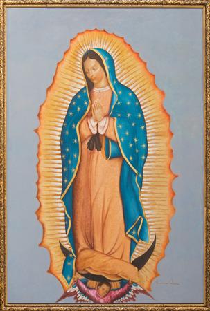 vierge marie: BRUXELLES, BELGIQUE - 15 juin 2014: La peinture de la Vierge Marie de Guadalupe par Ivone Calvo (2004) à l'église Notre-Dame aux Riches Claires