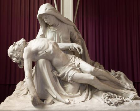 virgen maria: Malinas, Bélgica - 14 de junio 2014: La estatua de la Piedad en st. Iglesia Katharine o Katharinakerk. Editorial
