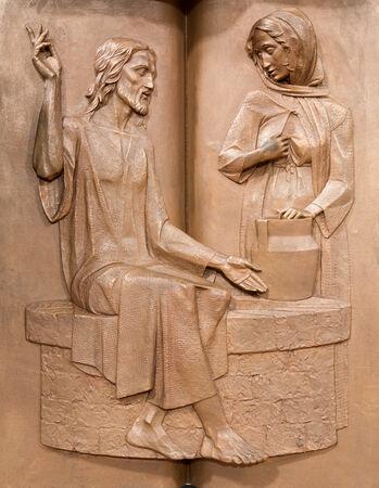PADOVA, ITALIA - 9 settembre 2014: Il rilievo di metallo moderna sul pulpito nella chiesa di Santa Maria dei Servi. Gesù e la samaritana al pozzo di R. Czemesini (1988) Archivio Fotografico - 32195588