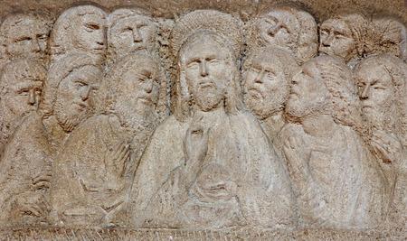 eucharistie: Padoue, Italie - 9 septembre 2014: Le relief moderne de la Cène sur l'autel dans l'église Santa Maria dei Servi.