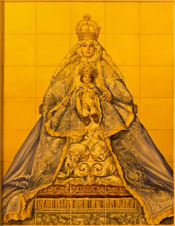 ceramica: SEVILLE, SPAIN - OCTOBER 29, 2014: The ceramic tiled Madonna on facade of building Parroquia de Santa Cruz de Sevilla by artist A. Kiernam and manufactory Ceramica Santa Ana de Triana from 20. cent.