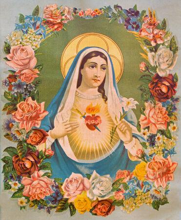 virgen maria: Sebechleby, Eslovaquia - 06 de enero 2015: El Coraz�n de la Virgen Mar�a en las flores. Imagen cat�lica t�pica impreso en Alemania desde el final de 19. ciento. originalmente por el pintor desconocido.