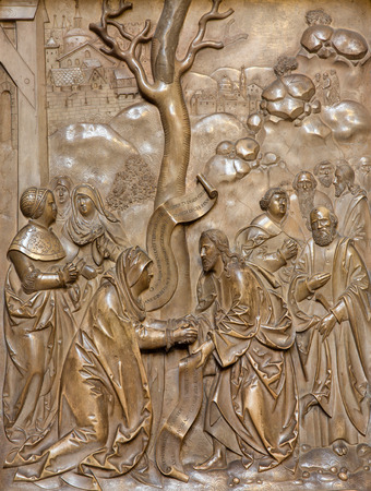teutonic: VIENNA, AUSTRIA - 17 Febbraio 2014: Rilievo in pietra dal lato posteriore della Chiesa dell'Ordine Teutonico o Deutschordenkirche (1524) con la scena centrale, come Ges� guarisce la donna.