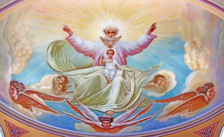 Gerusalemme, Israele - 5 marzo 2015: Dio Padre con il piccolo Gesù. Affresco da 20. sec. nell'abside laterale della cattedrale ortodossa russa di Santa Trinità nel Russian Compound. Archivio Fotografico - 38897035