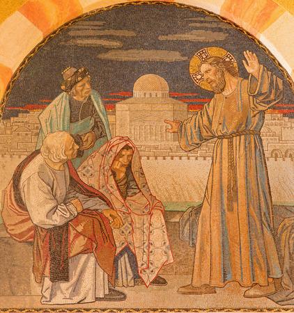 scribes: GERUSALEMME, ISRAELE - 3 marzo 2015: Ges� tra gli scribi. Mosaico sulla coro della Chiesa evangelica luterana di Ascension progettata da H. Schaper e F. Pfannschmidt (1988-1991). Editoriali
