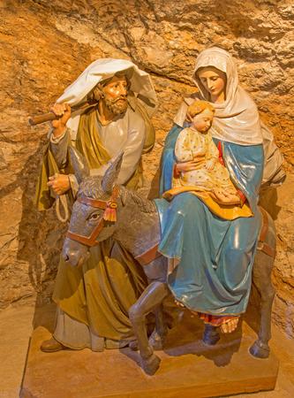 """sacra famiglia: BETLEMME, Israele - 6 Marzo 2015: La scultura intagliata della Sacra Famiglia in """"Grotta del Latte""""."""