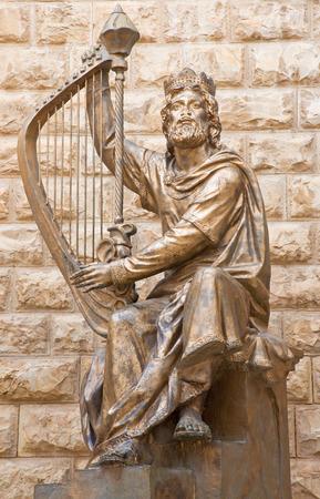 rey: JERUSALÉN, ISRAEL - 04 de marzo 2015: La escultura rey David dedicó a la escultura israelí David Palombo (1920 - 1966) Befort tumba del rey David, que está en el monte de Sión.