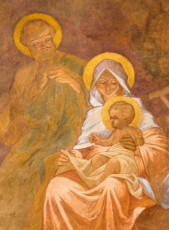familia en la iglesia: BANSKA BELA, Eslovaquia - 05 de febrero 2015: El fresco de la Sagrada Familia en San Juan de la iglesia evangelista de Jan Antal (1905) como el detalle de la Adoraci�n de sheepherds escena.