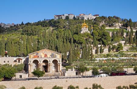 iglesia: Jerusal�n, ISRAEL - MARZO 3, 2015: Las iglesias - Iglesia de Todas las Naciones (Bas�lica de la Agon�a), Dominus Flevit y la Iglesia ortodoxa rusa de Hl. Mar�a Magdalena en el Monte de los Olivos.
