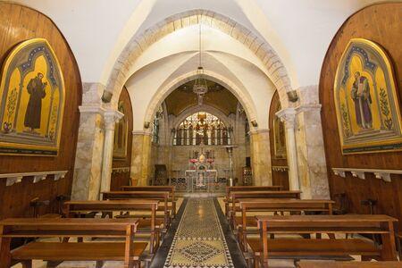 IGLESIA: JERUSAL�N, ISRAEL - 04 de marzo 2015: La nave de la iglesia de Flagelltion en la V�a Dolorosa de comenzar de 20. ciento. por el arquitecto Antonio Barluzzi (cristal Cesare Picchiarini). Editorial