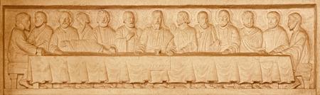 iglesia: JERUSAL�N, ISRAEL - 03 de marzo 2015: La �ltima cena relieve de piedra en la Iglesia Evang�lica Luterana de la Ascensi�n por el artista desconocido de 20. ciento.