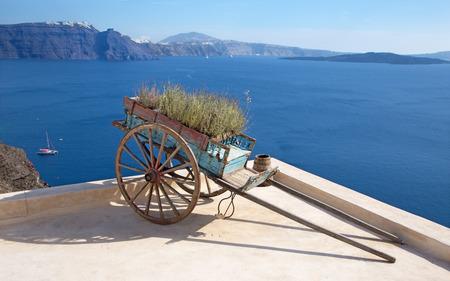 carretilla de mano: Sanrorini - El decoriative push-carrito de Oia. Foto de archivo