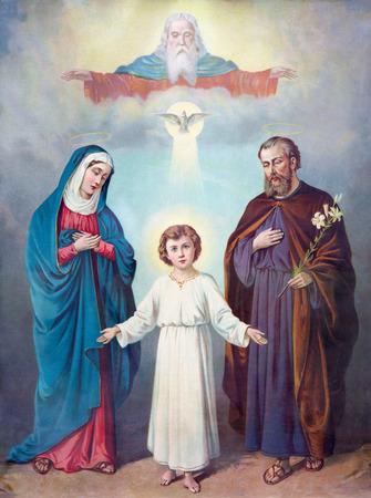 Sebechleby, ESLOVAQUIA - FEBRERO 27 de, 2016: Típica imagen católica de la Santa Familia y Trinidad (en mi propia casa) desde el final de 19. ciento. impreso en Alemania originalmente por el pintor desconocido.