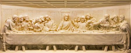 Rome, Italië - 10 maart 2016: The Last Supper marmeren reliëf op het altaar van de kerk Basilica di Santa Maria Ausiliatrice door onbekende kunstenaar.