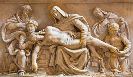 cappella: ROMA, ITALIA - MARZO 9, 2016: El relieve de mármol Piedad en la iglesia basílica de Santa María del Popolo y la capilla Cappella della Rovere Basso (1483) por la escuela de Andrea Bregno. Editorial