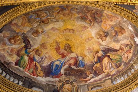 ROMA, ITALIA - 9 marzo 2016: L'affresco La gloria degli angeli di Ludovico Gimignani (1688-1690) nella chiesa di Chiesa di San Silvestro in Capite e la cappella Colona.