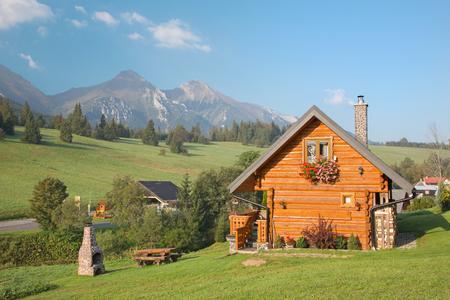 Panorama von Belianske Tatry Berge und das kleine Blockhaus in Zdiar Dorf.