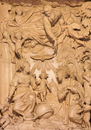 familia en la iglesia: Cremona, Italia - 25 de mayo, 2016: por Giacomo Bartesi (16. - 17. ciento). Editorial