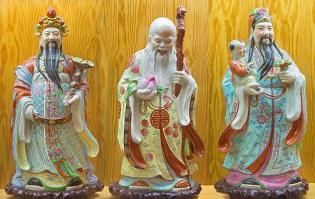 AVILA, Espagne, le 18 avril 2016: La porcelaine chinoise Famille Rose figure de Fu, Lu, Shou - Prospérité, Bonheur, Longévité dans les collections de l'église du Real monastère de Santo Tomas du 19. cent.