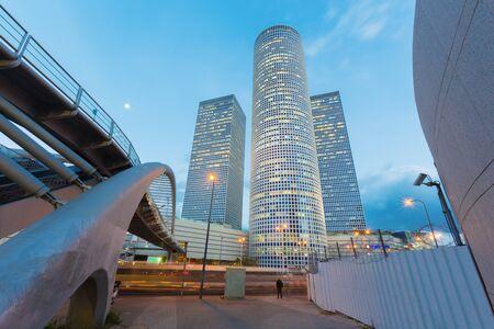 텔 아비브 (Tel Aviv) - 높이가 187m (614ft) 인 무어 야스시 시반 (Moore Yaski Sivan Architect)의 저녁 빛에있는 아즈 리 엘리 센터 (Azrieli