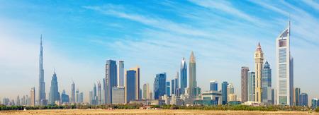 두바이 - Burj Khalifa 및 Emirates Towers가있는 도심지의 스카이 라인.