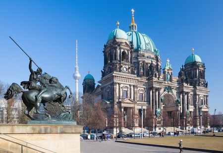dom: BERLIN, GERMANY, FEBRUARY - 13, 2017: The Dom and the bronze sculpture Amazone zu Pferde in front of Altes Museum by August Kiss (1842). Éditoriale