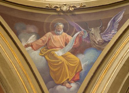 トリノ, イタリア - 2017 年 3 月 13 日: 聖ルカ 20 の bechin から C. パトリジアセッキによって教会教会・ ディ ・ サント ・ トマソのキューポラの福音伝 報道画像
