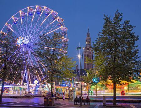 LEUVEN, BELGIÃ‹ - SEPTEMBER 3, 2013: Pretpark op Monseigneur Ladeuzeplein - vierkant in avondschemer.