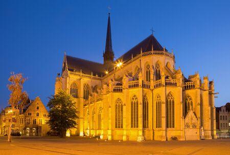 LEUVEN, BELGIÃ‹ - SEPTEMBER 3,2013: Peters gotische kathedraal van zuidoosten. Stockfoto
