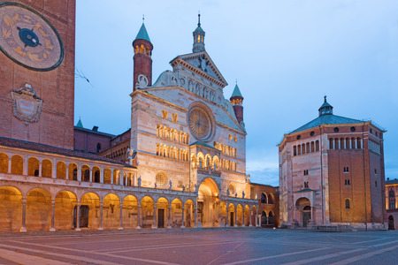 Cremona - The cathedral Assumption of the Blessed Virgin Mary and the Baptistery at dusk. Standard-Bild