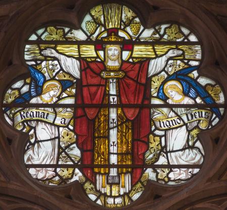 Londres, Grande-Bretagne - 19 septembre 2017: La crucifixion sur le vitrail dans l'église St Mary Abbot sur Kensington High Street.