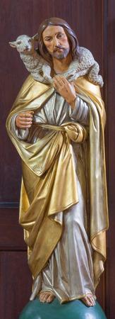 LONDON, GROSSBRITANNIEN - 17. SEPTEMBER 2017: Die geschnitzte polychrome Statue des guten Hirten in der Kirche St. Marys Pimlico von unbekanntem artisto ab Anfang des 20. Cent.