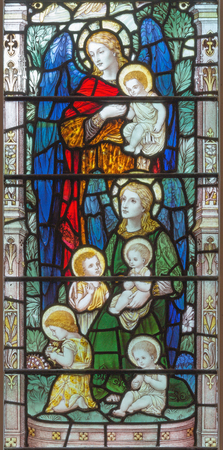 LONDON, GREAT BRITAIN - SEPTEMBER 17, 2017: The angels with the children on the stained glass in church Holy Trinity Brompton. Redactioneel