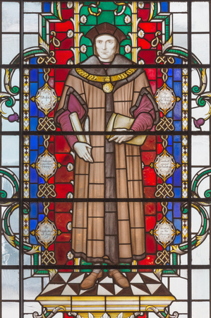 LONDON, GREAT BRITAIN - SEPTEMBER 14, 2017: The saint martyr Thomas More on the stained glass in church St. Lawrence Jewry by Christopher Webb (half of 20. cent.) 新聞圖片