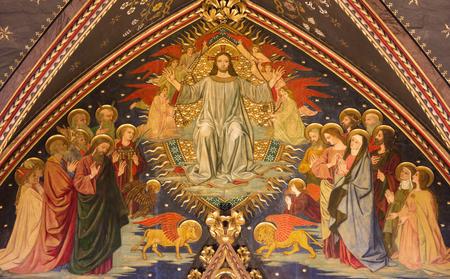 런던, 위대한 영국 -9 월 15 일, 2017 : 네오 고딕 영광 영광 예수의 모든 Nintian Comper (1864-1960)에 의해 교회에서 나무에 그림. 에디토리얼